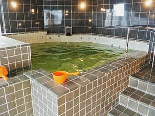 水風呂は深く広い