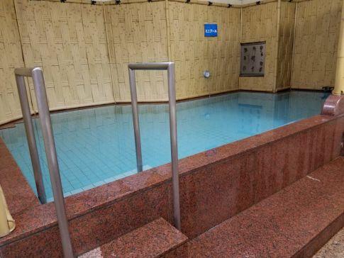 水風呂は巨大なプール