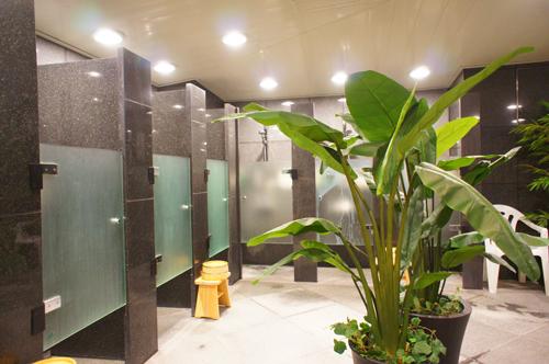 シャワーは個室タイプ